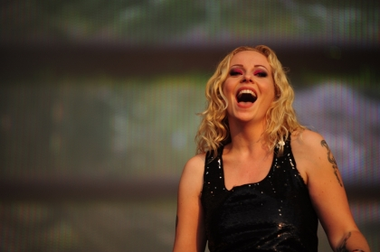 Review1100_Anneke_van_Giersbergen_playing_with_Devin_Townsend_at_Tuska_2011