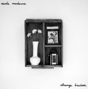 Review1832_mode_moderne_-_strange_bruises
